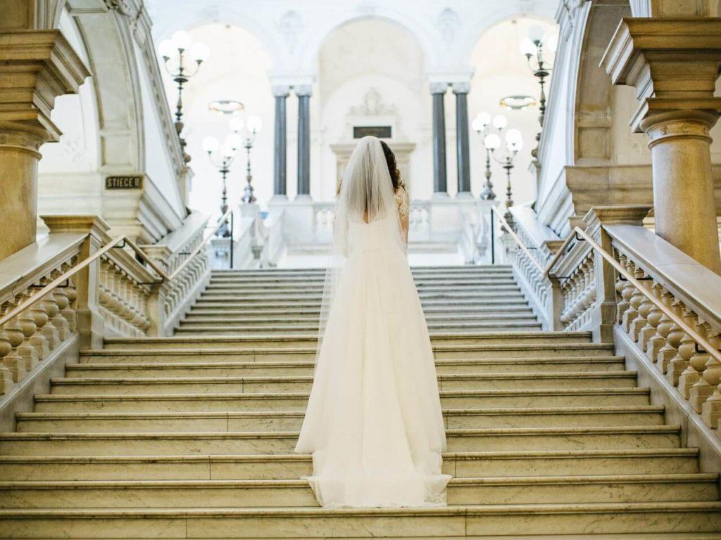 Panna Młoda na schodach