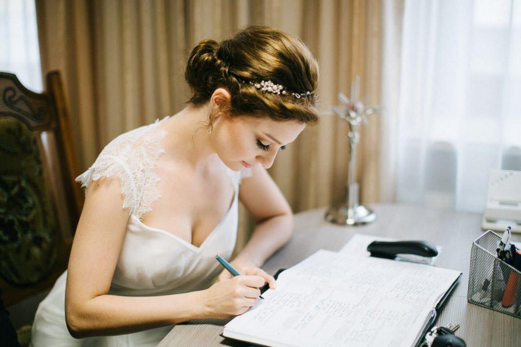 Panna Młoda podpisuje dokuemnty w kościele