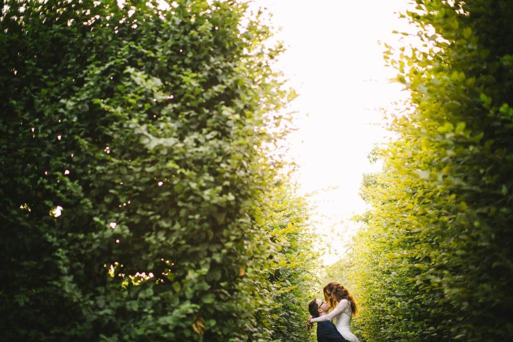Młoda Para w ogrodzie