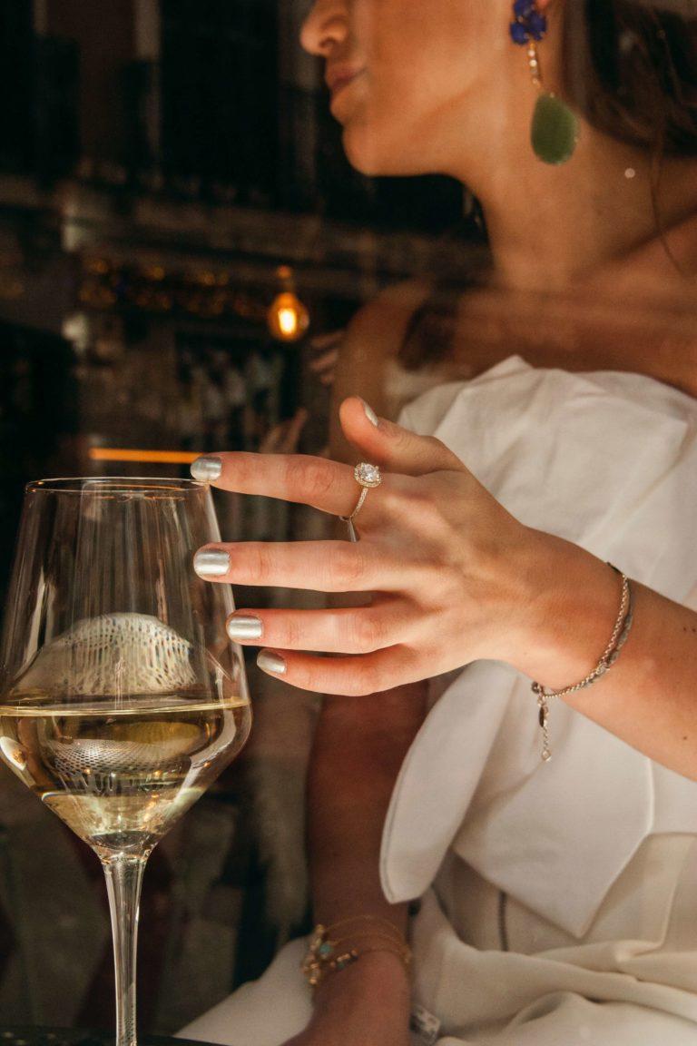 Panna Młoda z lampką białego wina