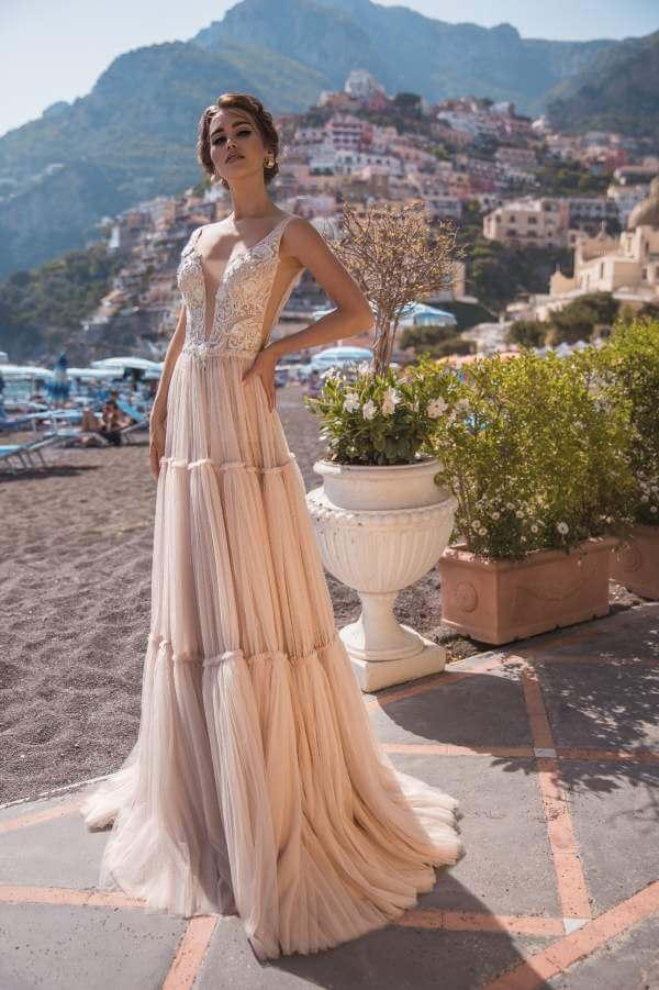 Suknia ślubna w brzoskwiniowym odcieniu