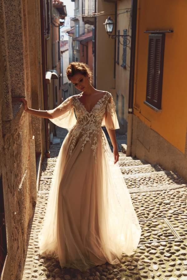 Suknia ślubna w odcieniu brzoskwiniowym