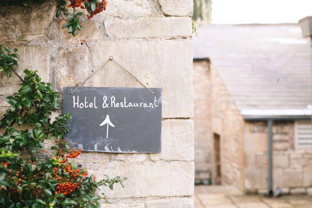 Hotel na wesele, drogowskaz na weselu