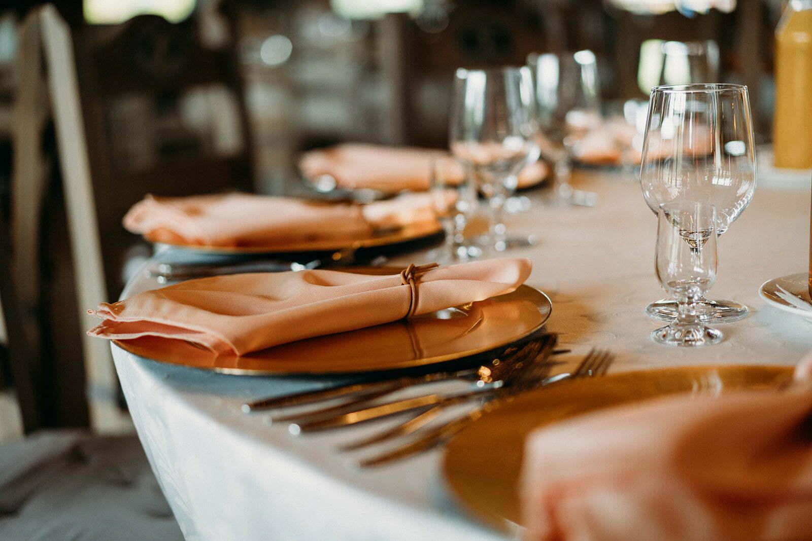 jak usadzić gości przy stołach